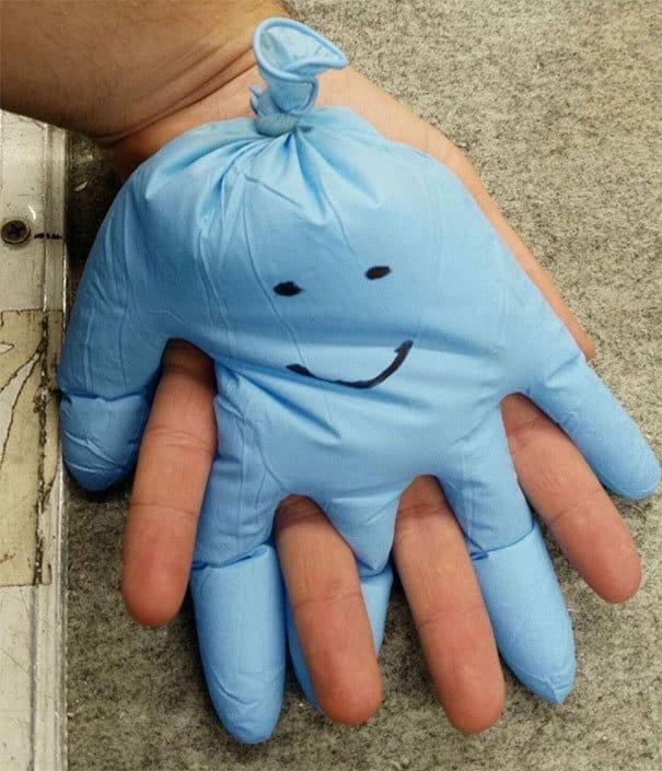Заполните резиновую перчатку теплой водой и поставьте ее на руку, когда вы почувствуете одиночество