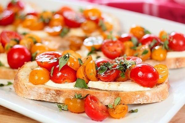 Теплая брускетта с помидорами и сыром