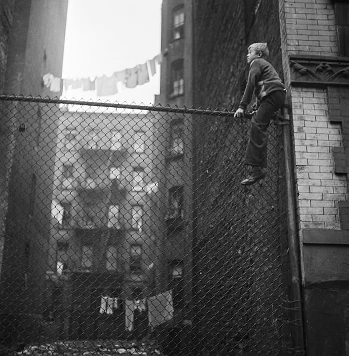 Чистка обуви мальчиков (на заборе), 1947