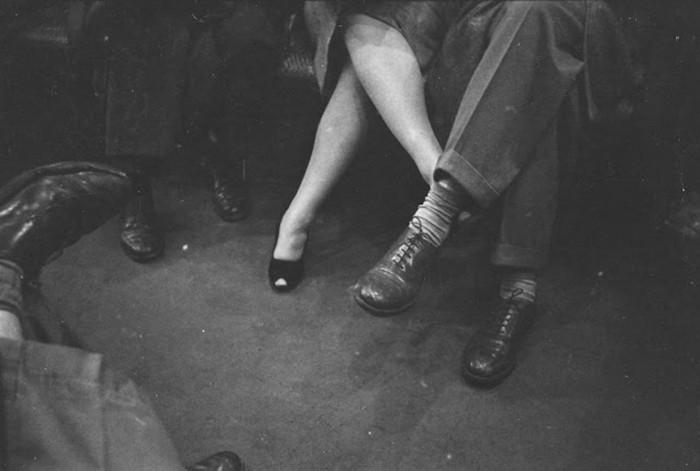 Пара, играющая на ногах в метро, 1946