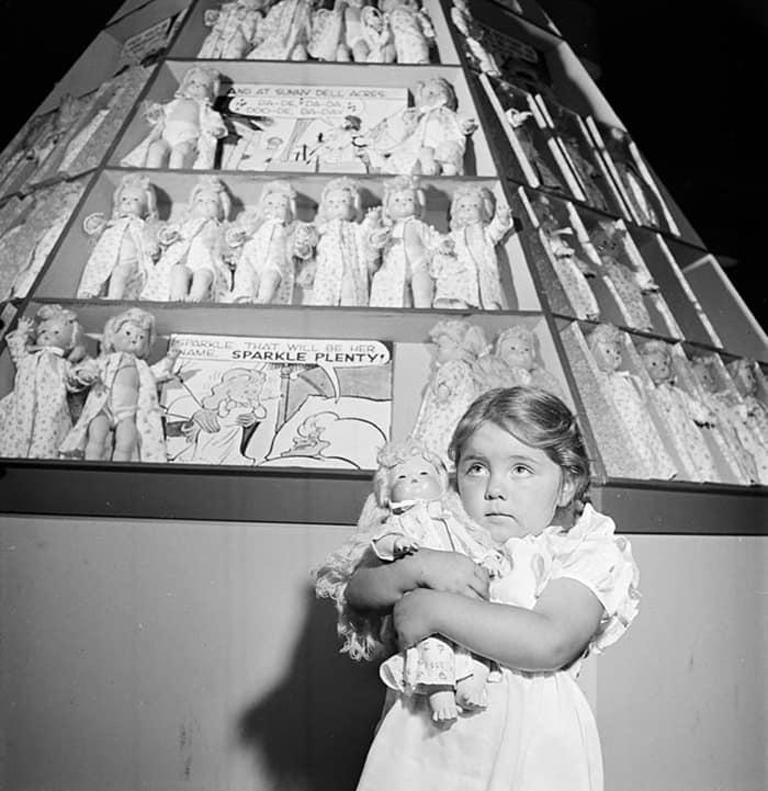 Девушка с куклами, 1947