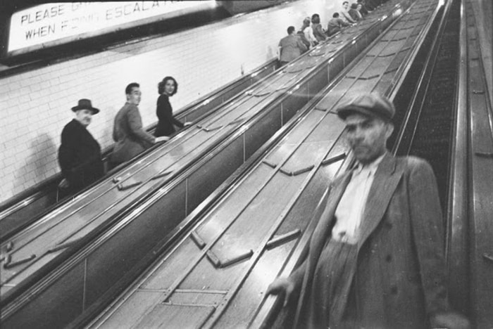 Люди на эскалаторах на станции метро, 1940