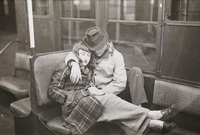Пара, спящая в машине метро, 1940-е годы