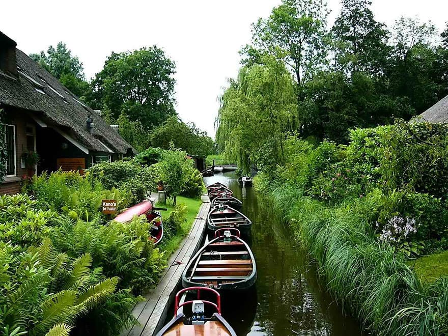 water-village-no-roads-canals-giethoorn-netherlands-10