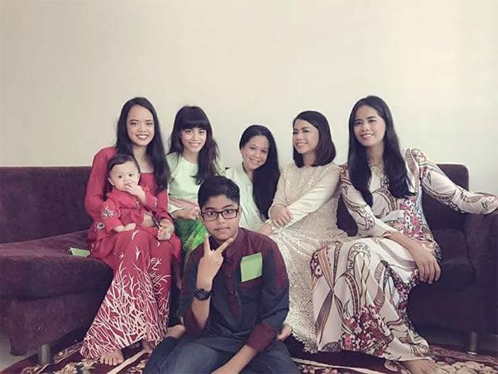 Я в центре с моими 6 детьми. Я 45-летняя и мама для 5 взрослых детей и 10-месячного ребенка