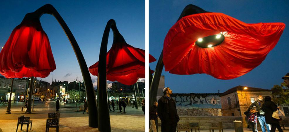 Огромные цветочные фонари раскрываются, как только под ними появляется человек
