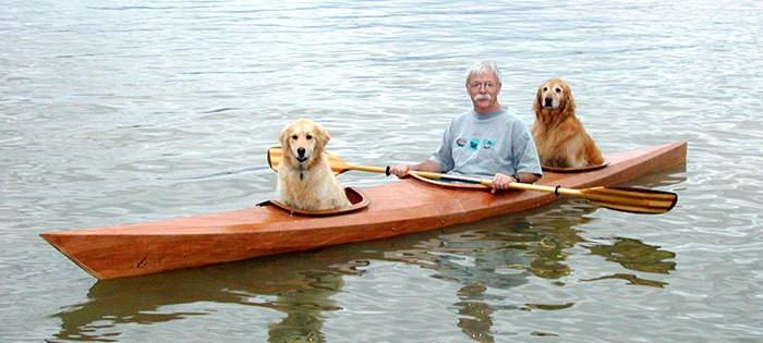 Мужчина переделал свой каяк, чтобы плавать со своими собаками