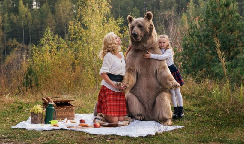 Мама с дочерью устроили пикник в лесу с медведем