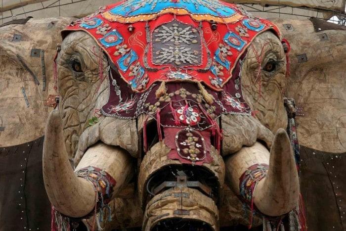 Гигантская марионетка слона.