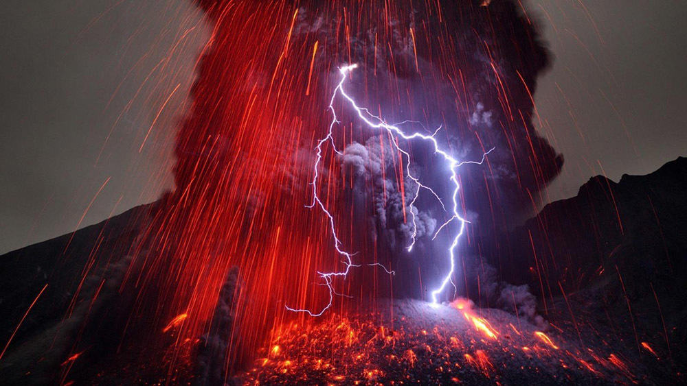 japan_volcanoes_lightning_eruption_1600x900_67000