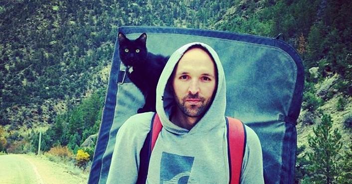 Кошка, которая покоряет горы вместе со своим хозяином