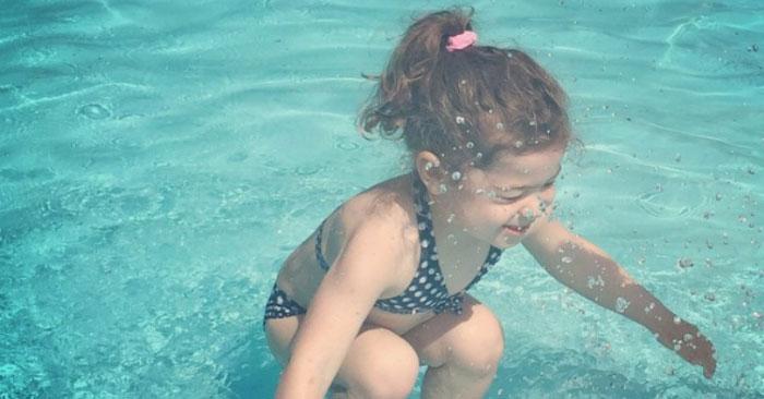 Фотозагадка: девочка сидит под водой или прыгает в нее?