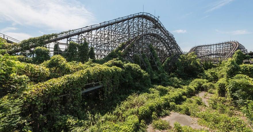 Как природа поглотила некогда самый популярный парк аттракционов в Японии