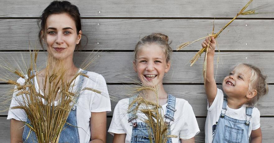 Девушка ушла с работы, полностью посвятив себя своим двум дочерям, и их счастливые фотографии облетели весь интернет