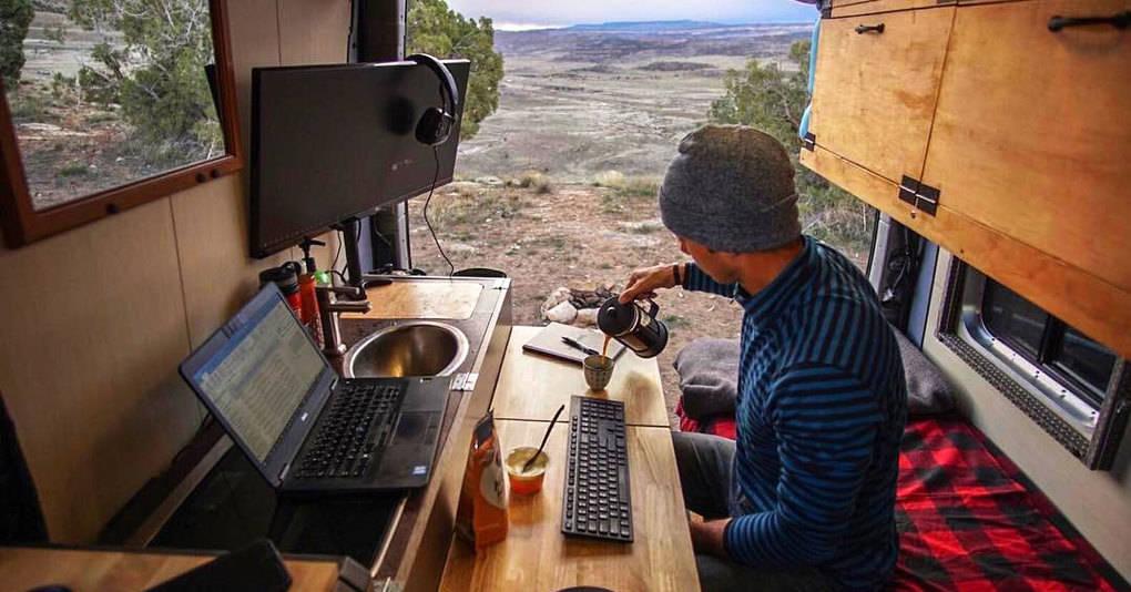 Парень решил отказался от скучного офиса, и вот как теперь выглядит его рабочее место