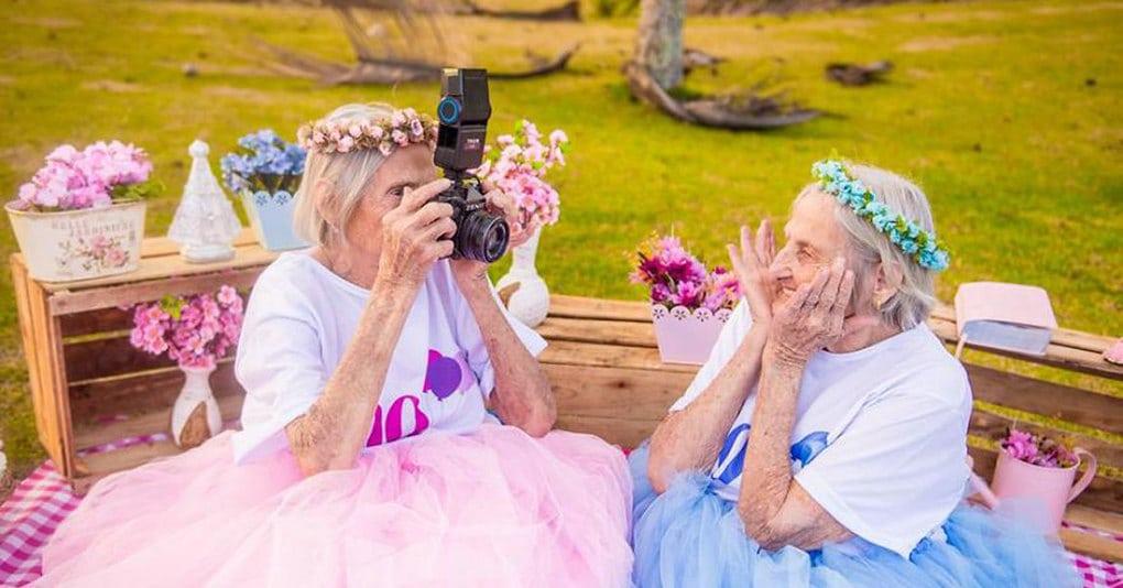Эта чудесная фотосессия близняшек, отмечающих свой 100-й день рождения, тронет вас до глубины души