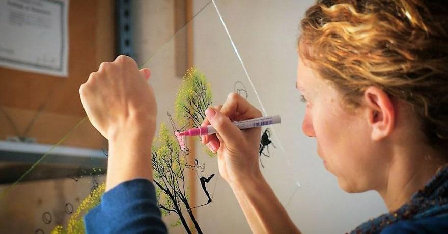 Этот художник пишет картины на стекле… в 3D!