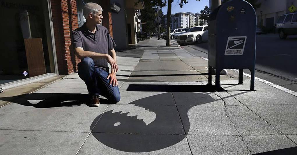 Этот художник придумал весёлый способ сбивать прохожих с толку, и посмотрите, как это работает