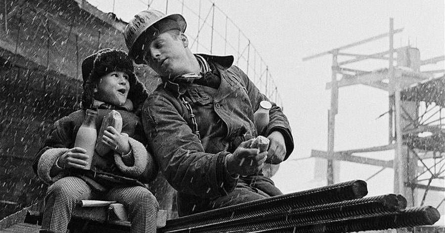 19 атмосферных снимков легендарного фотографа, показывающих жизнь в СССР