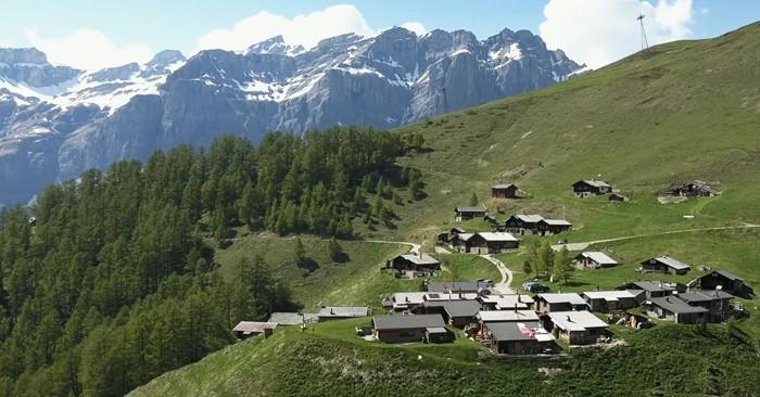 Эта живописная швейцарская деревня выплатит вам 70 тысяч долларов, если вы переедете в неё со своей семьёй