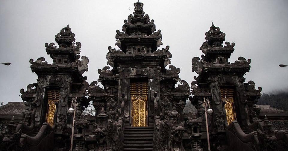 Извергающийся вулкан накрыл Бали слоем пепла, и вот как преобразился окружающий ландшафт
