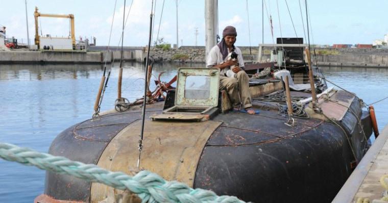 Человек и его кошка 7 месяцев дрейфовали в Индийском океане на сломанной лодке, но теперь они спасены и рассказывают, как это было