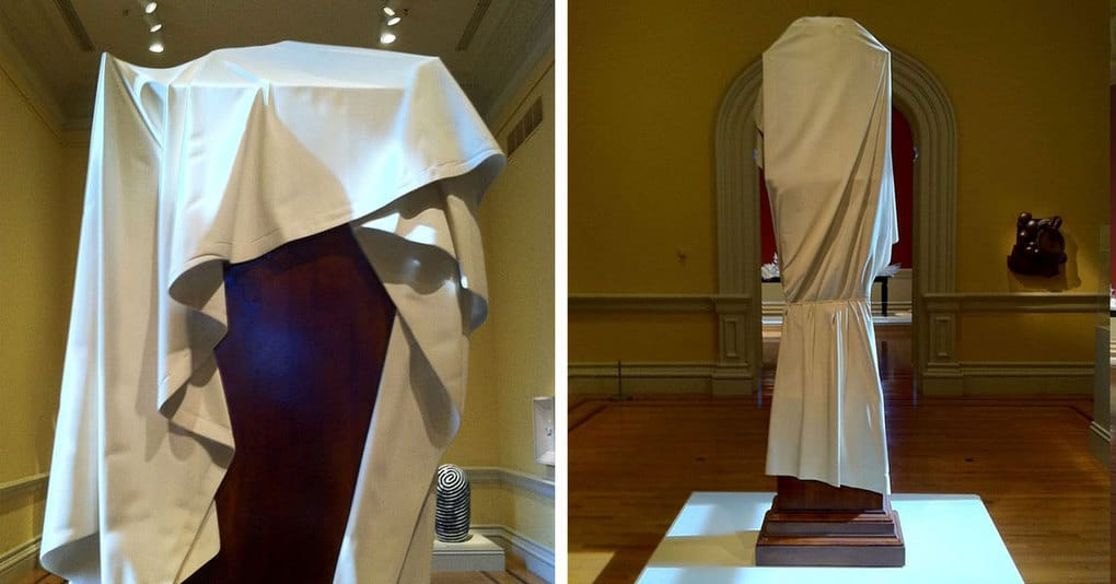 Люди в музее не понимали, почему часы накрыты белой тканью, но, прочитав табличку, были невероятно удивлены и восхищены