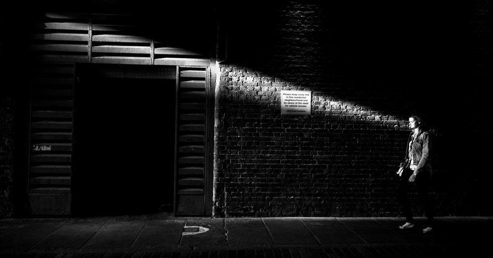 Уличный фотограф показал, как сильно мы теряемся в нашем огромном мире, используя только чёрно-белые снимки, но выглядит это очень красноречиво