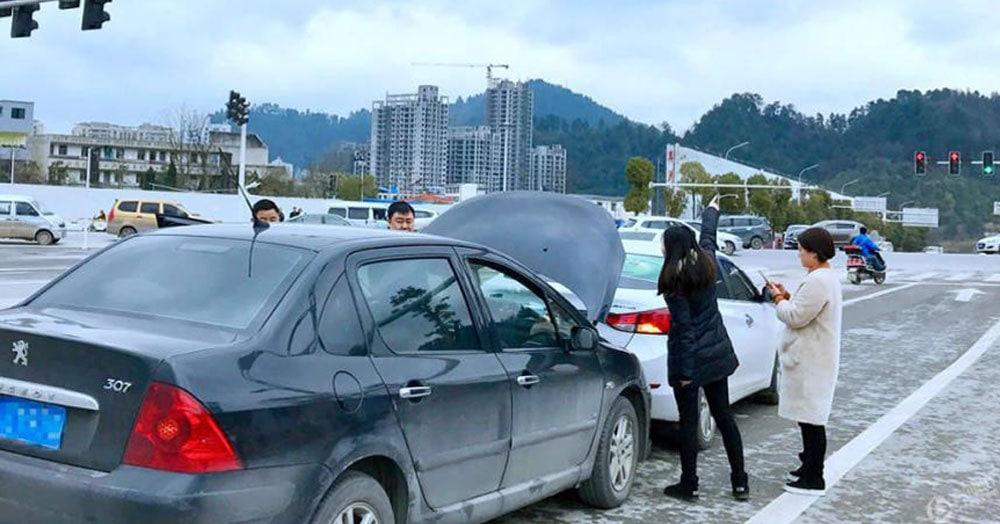 Китаянка попала в нелепую автомобильную аварию, перепутав задницу обезьяны с красным сигналом светофора