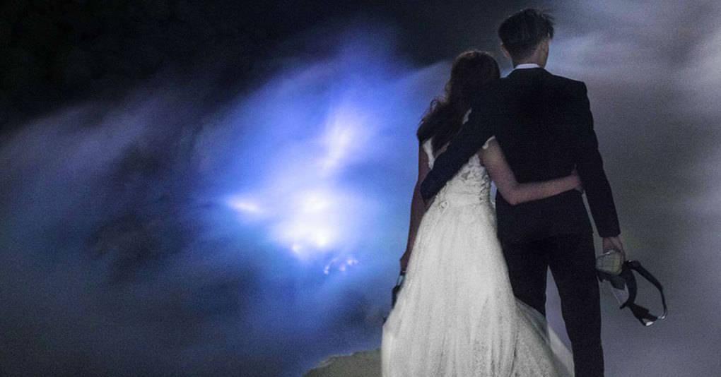 Пара молодожёнов так жаждала адреналина в крови, что устроила свадебную фотосессию в самом экстремальном месте на планете