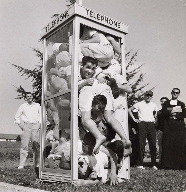https://twizz.ru/wp-content/uploads/2017/12/ustanovleniya-novogo-mirovogo-rekorda-v-telefonnoj-budke-umestilis-22-cheloveka-1959-god.jpg