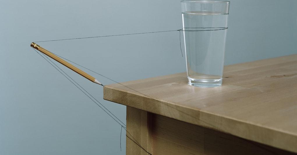 Этот художник мастерски использует геометрию и физику, создавая шедевры из подручных средств. И делает он это не выходя из дома