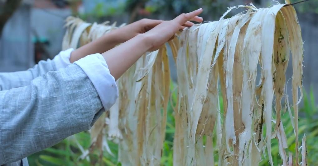 На этом видео китаянка вручную создаёт бумагу в соответствии со всеми традициями предков, и выглядит это очень умиротворяюще, но только до последних секунд