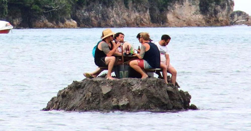 Хитрые новозеландцы построили свой собственный остров, чтобы не попасть под действие сухого закона в новогоднюю ночь