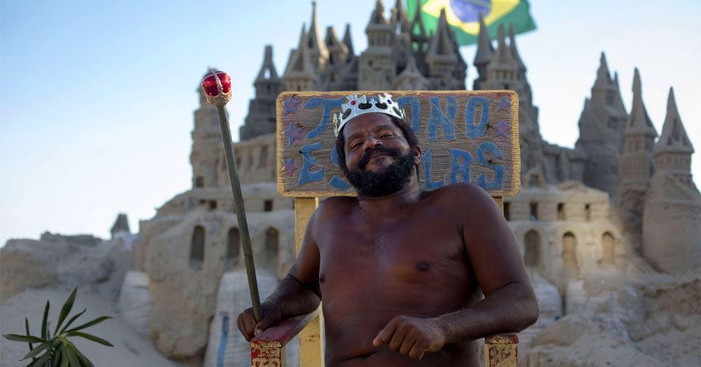 Этот мужчина построил настоящий замок, провозгласил себя королём и вот уже 22 года живёт на престижном пляже Рио. И нашей зависти нет предела