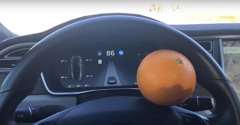 Мужчина обманул автопилот Tesla с помощью апельсина, и это первый случай в истории, когда цитрусовый сам вёл машину со скоростью 140 км/ч