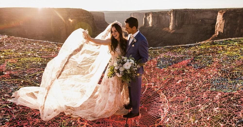 Пара устроила себе настолько необычную свадьбу, что удивительно, как гости вообще решились туда прийти