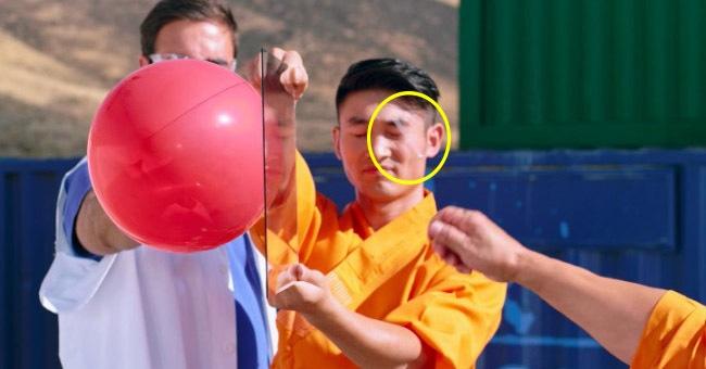 Шаолиньский монах пробил стекло броском иголки, и теперь на это можно посмотреть в замедленной съёмке. Невероятное зрелище!