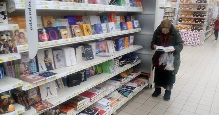 Эта женщина в течение 15 лет ходила в магазин читать книги. В конце концов администрация её заметила и решила сделать ей необычный приятный сюрприз