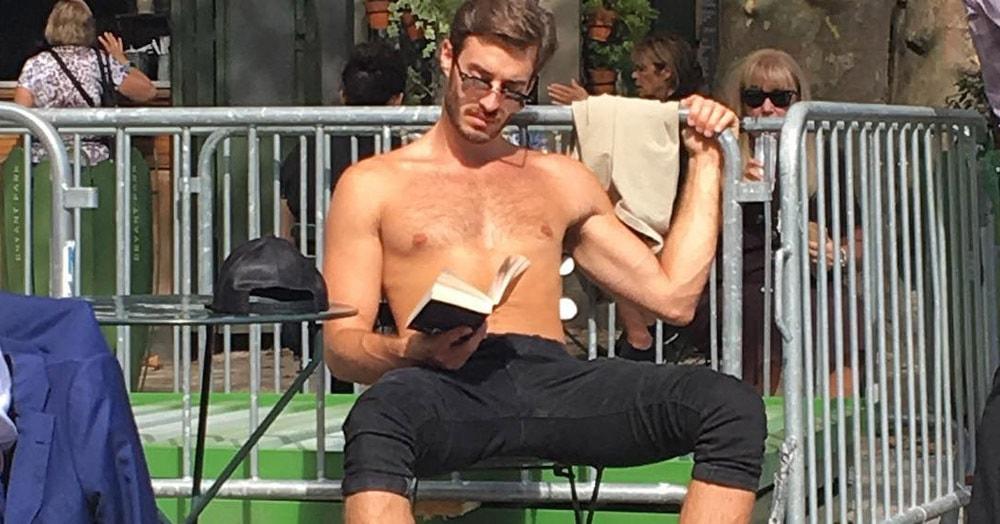 Жительница Нью-Йорка тайно фотографирует горячих парней, читающих книги в общественных местах. Её комментарии к снимкам просто великолепны