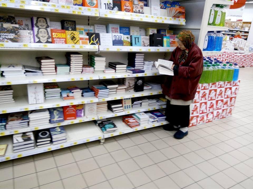 Бабушка 15 лет ходила в магазин, чтобы почитать книги, когда о ней узнали люди, то для нее приготовили сюрприз…