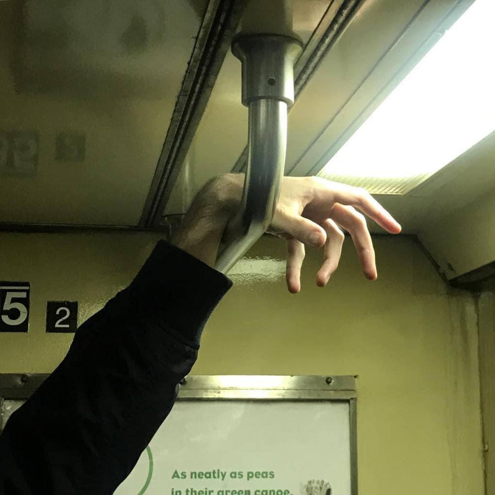 Ещё никогда руки людей из метро не были так интересны. А всё благодаря одному очень занимательному аккаунту в Инстаграм