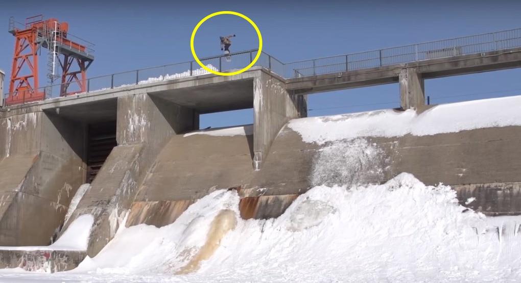 Этот парень творит на своём сноуборде настоящий караул, катаясь по стенам и прыгая с крыш зданий. Он ещё и вниз головой ездит