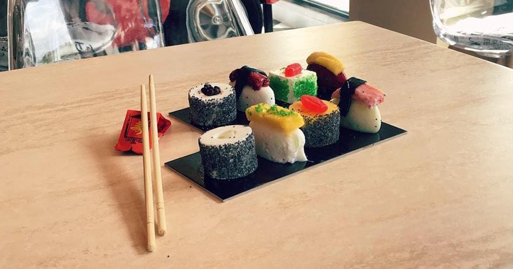 На первый взгляд может показаться, что это обычные суши, но на самом деле в них нет ни рыбы, ни риса. Но они всё ещё съедобные