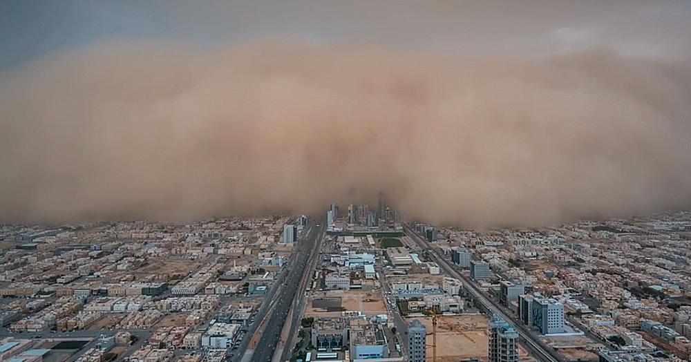 Фотограф опубликовал эпичное видео песчаной бури, за секунды поглотившей город. Апокалипсис близко