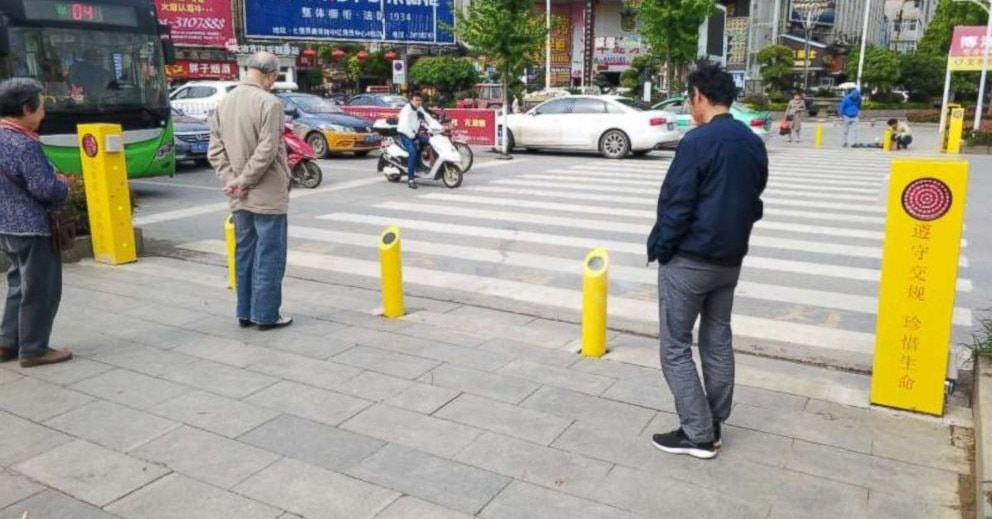 В Китае придумали, как бороться с теми, кто переходит дорогу на красный свет. Их будут мочить