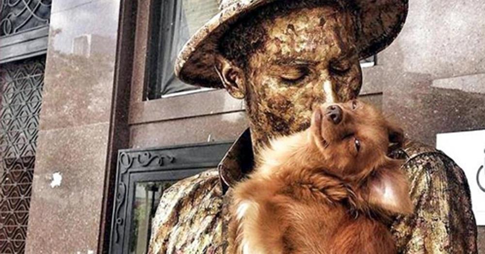 Этот пёс выполняет роль «живой статуи» ничем не хуже своего хозяина. Их дуэт неподражаем