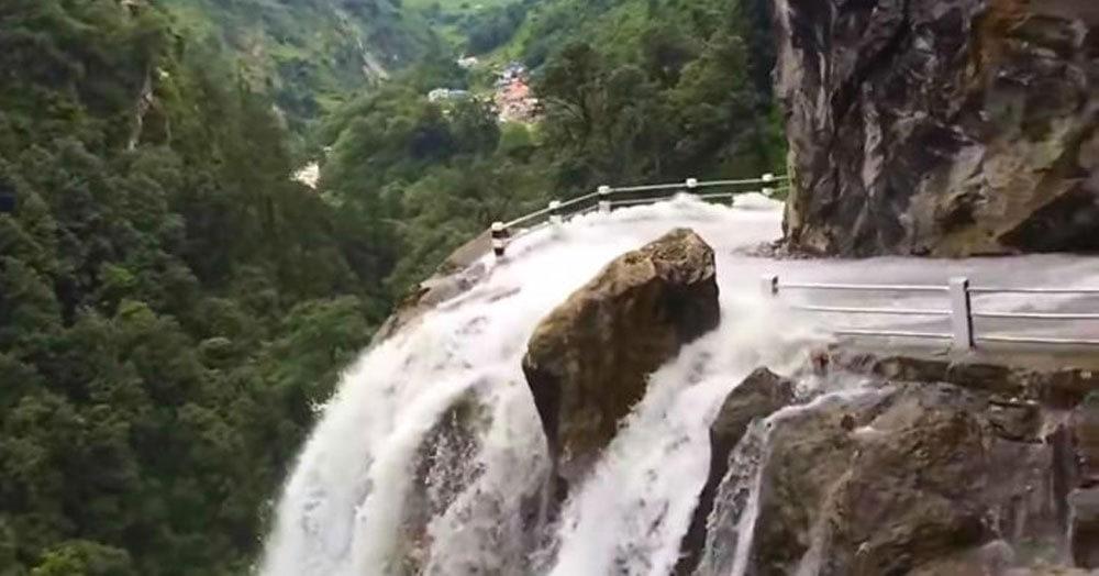 Пассажир снял тревожное видео, как автобус пересекает водопад, который на самом деле просто дорога