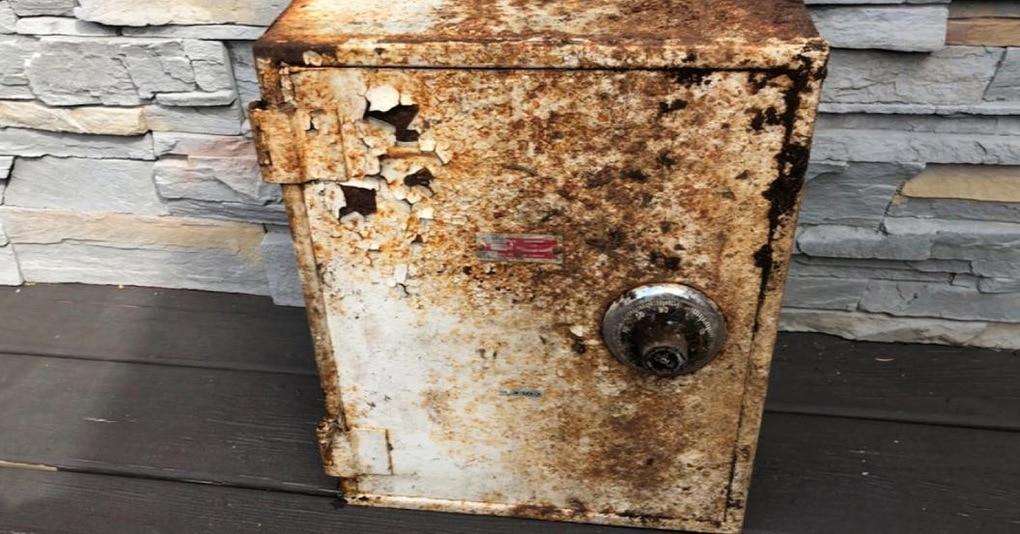 Пара нашла у себя на заднем дворе загадочный ящик, который оказался настоящей сокровищницей