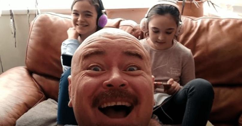 Этот дядя устал от того, что его дети всегда глядят в свои смартфоны, и решил стать новой звездой YouTube